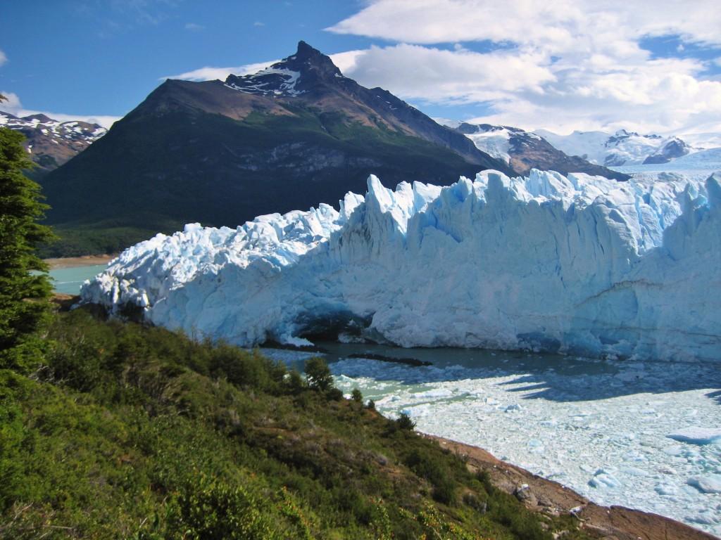 Deze muur van ijs is 60 meter hoog en stukken ijs ter grootte van een appartementencomplex storten in het water