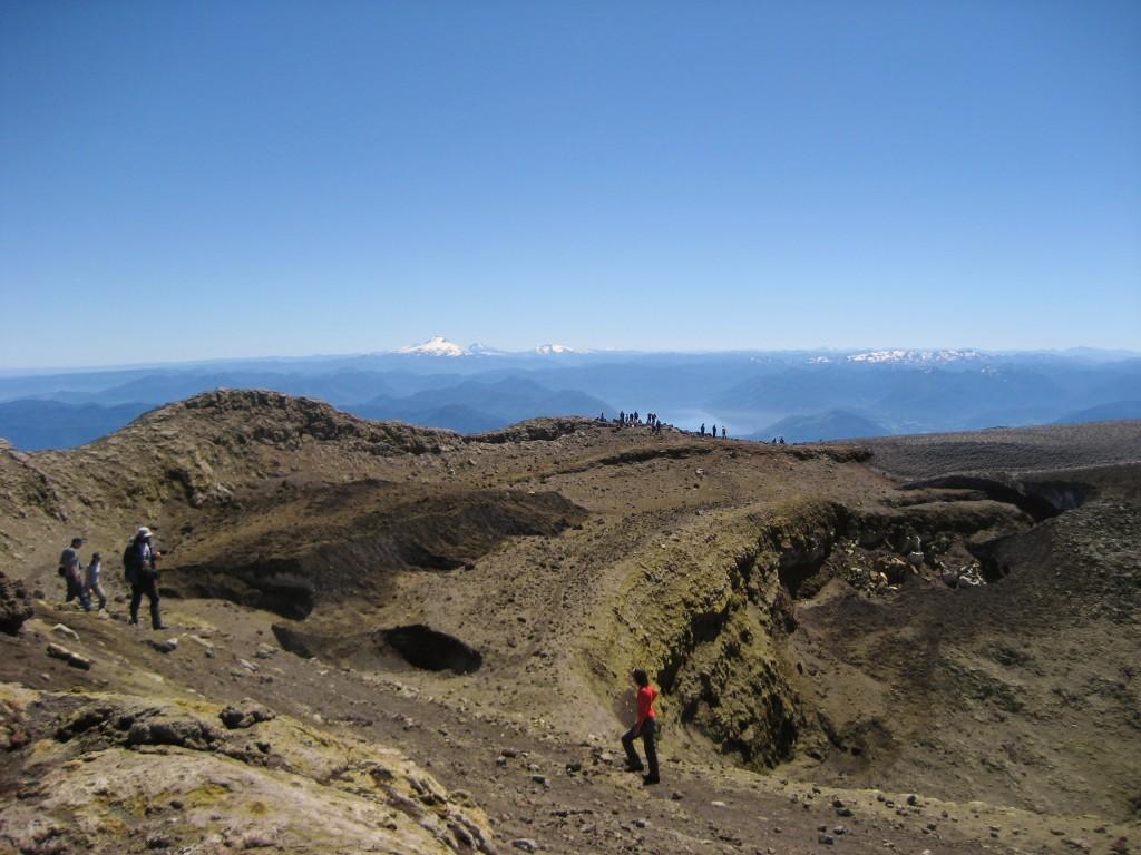 Het beklimmen van de vulkaan Villarica is een activiteit die vrijwel alle reizigers doen. En terecht! Het is de meest actieve vulkaan van Zuid-Amerika en dat merkte ik toen we na een uur of drie klimmen boven aankwamen. Ik keek in de krater en zag tussen de zwavel-wolken stukken rood lava naar boven gespuwd worden. We mochten maar een kwartier boven blijven en moesten vooral niet te lang met ons hoofd in de krater gaan hangen en zo te veel giftige dampen inademen.