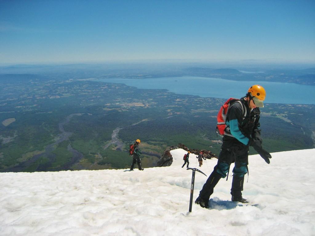 Pucon vanaf de Villarica vulkaan gezien.