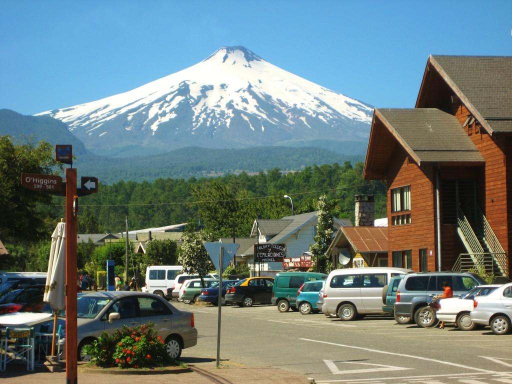 De Villarica vulkaan vanuit de plaats Pucon gezien.
