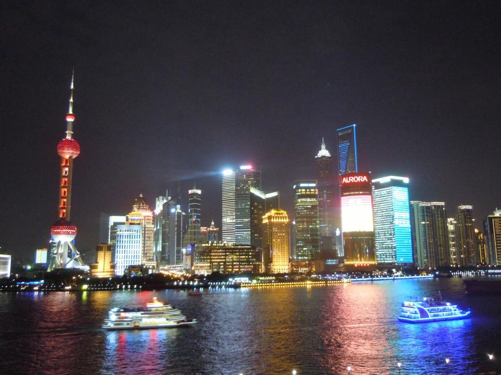 Zicht op Pudong vanaf the Bund. Twintig jaar geleden stond daar nog niets en lagen er nog rijstvelden. Nu staan er enkele van de hoogste gebouwen ter wereld.